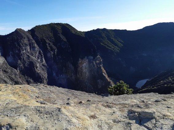 puncak gunung cermai